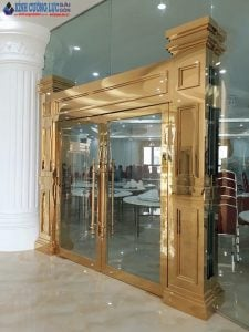 Cửa kính cường lực khung inox mạ vàng