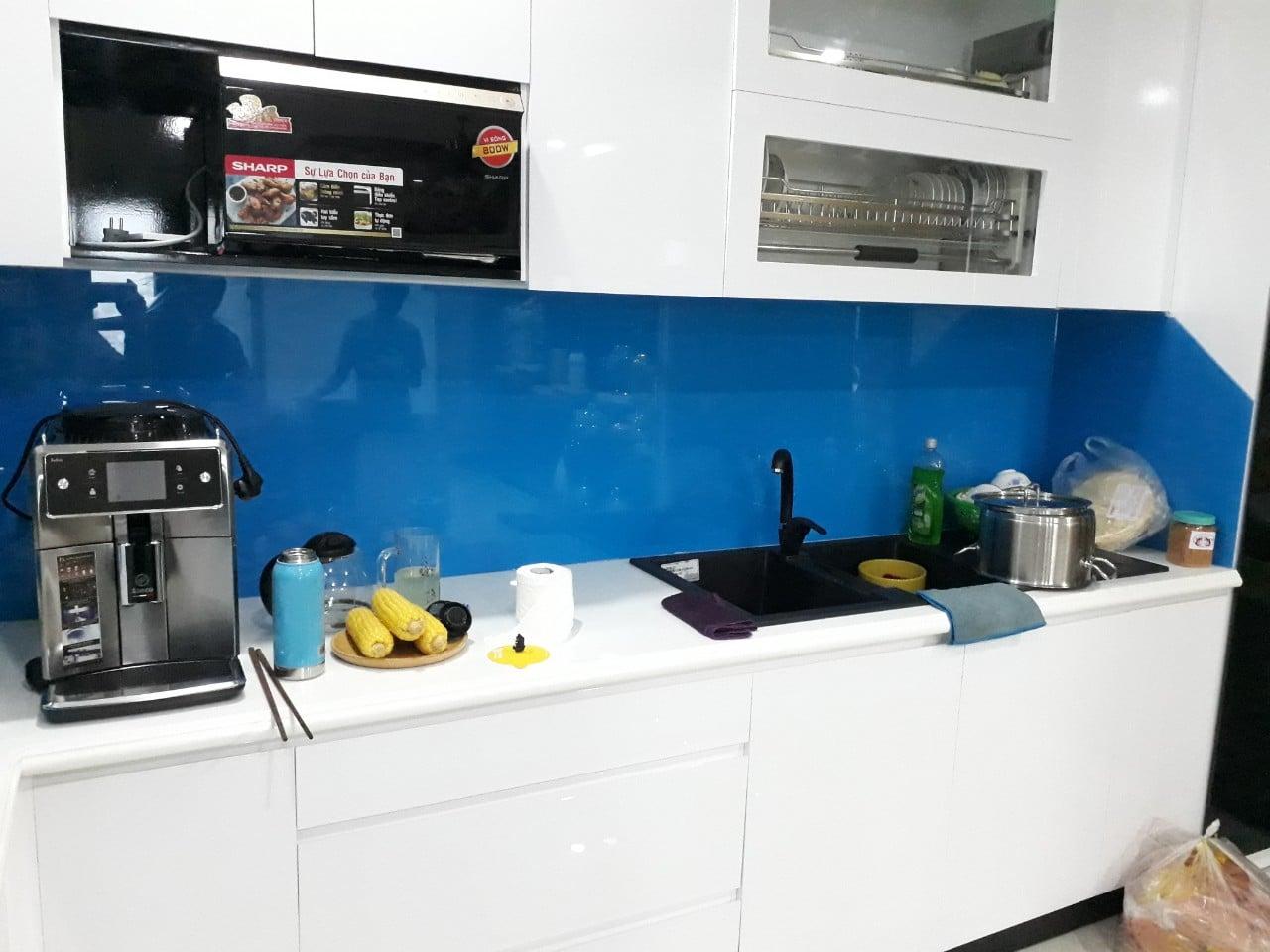 Ưu điểm của kính màu ốp bếp
